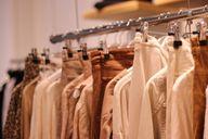 Second-Hand Kleidung ist gut für dich, gut für die Menschen und gut für die Umwelt.