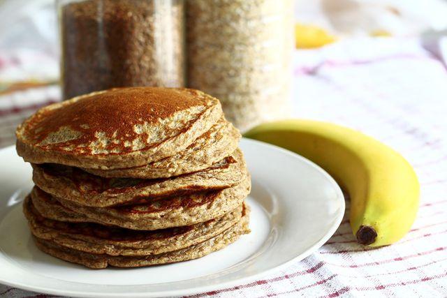 Für vegane Pancakes können Eier durch Banane ersetzt werden