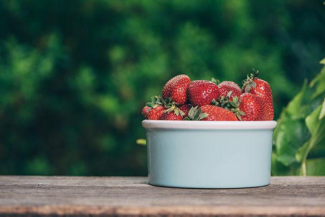 Erdbeeren kannst du auch im Winter genießen, wenn du sie einmachst.