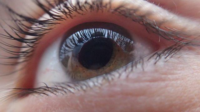 Oft hilft gegen zuckende Augenlider eine bewusste Pause zur Entspannung.