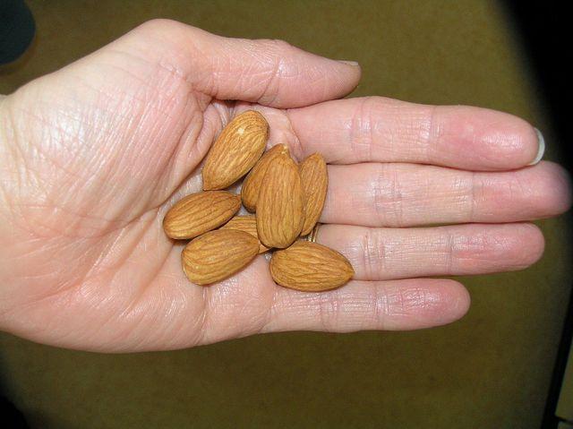 Entöltes Mandelmehl ist deutlich kalorienärmer als natürliches Mandelmehl.