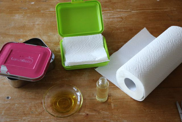 Abgekochtes Wasser und Öl, mehr brauchst du nicht, um Feuchttücher selber zu machen.