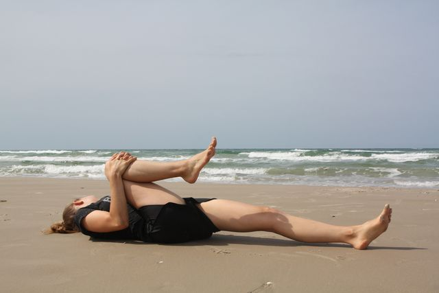 Mit dieser Übung kannst du deinen Hüftbeuger sogar dehnen, ohne aufstehen zu müssen.