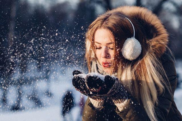 Handschuhe schützen die Hände vor der Kälte und beugen Risse vor.