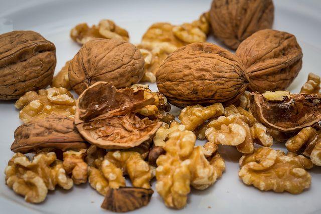 Pflanzliche Öle, Nüsse und Samen sind die Hauptlieferanten für Linolsäure.