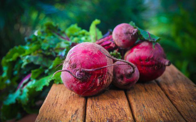 Rote Bete bringt kräftigen Geschmack und satte Farben ins vegetarische Weihnachtsmenü.