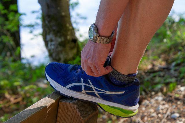 Gegen Kribbeln in den Beinen: Mehr Bewegung.