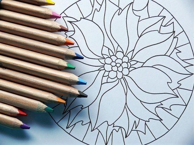 Mandalas zu malen ist eine gute Entspannungsmöglichkeit für Kinder.