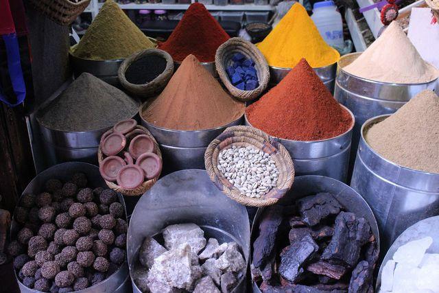 Mit farbigen heilenden Erden, eine schonende und natürliche Hautreinigung