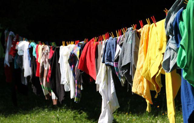 waschmittel fehler flecken bekämpfen bunte wäsche