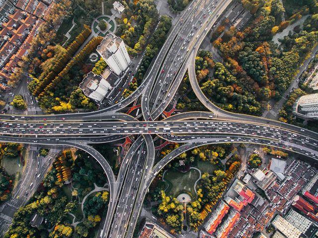 Eine Ursache für den anthropogenen Klimawandel ist unter anderem der Straßenverkehr.