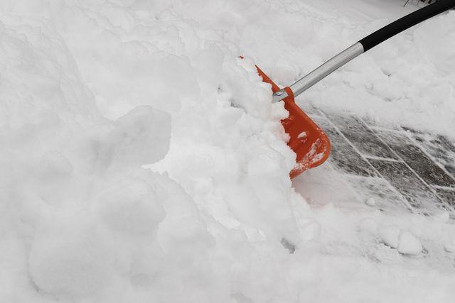Frisch gefallener Schnee lässt sich noch leicht wegschippen.