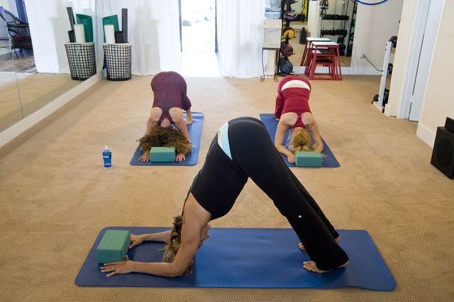 Iyengar-Yoga kräftigt den Körper und macht ihn flexibler.