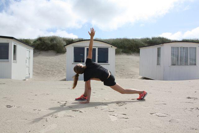 Mit dieser Übung kannst du deinen Hüftbeuger dehnen, aber auch deine lange Rückenmuskulatur.
