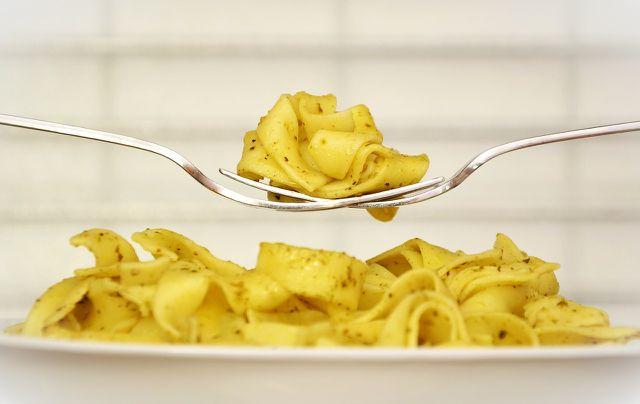 Rühre Lebensmittel regelmäßig um, wenn du sie in Tupperware in der Mikrowelle erwärmst.
