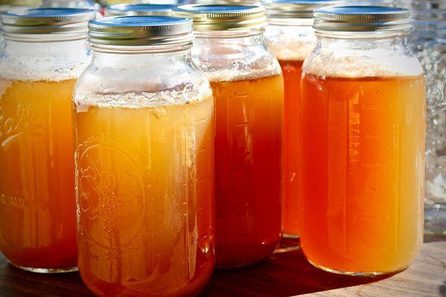 Cider aus Apfelschalen und Gewürzen kannst du als wärmendes Heißgetränk oder als erfrischende Limonade genießen.