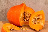 Der Hakkaido-Kürbis stammt ursprünglich aus Japan und hat in Deutschland im Herbst Saison.