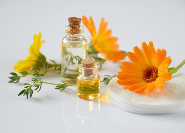 Eine Gesichtsmassage mit Ringelblumenöl beruhigt unreine Haut.