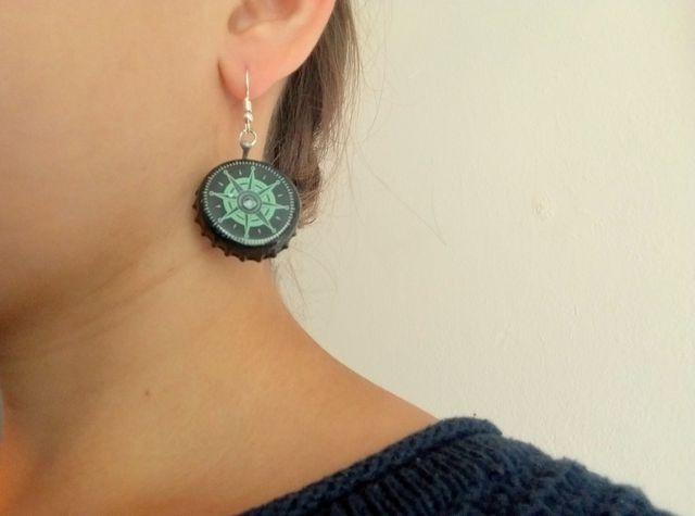 An einen Ohrhänger mit Magneten kannst du deine Lieblingskronkorken hängen.