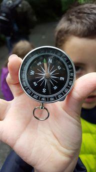 Mit einem Kompass ausgerüstet, fühlen sich die Kinder wie echte Schatzsucher.