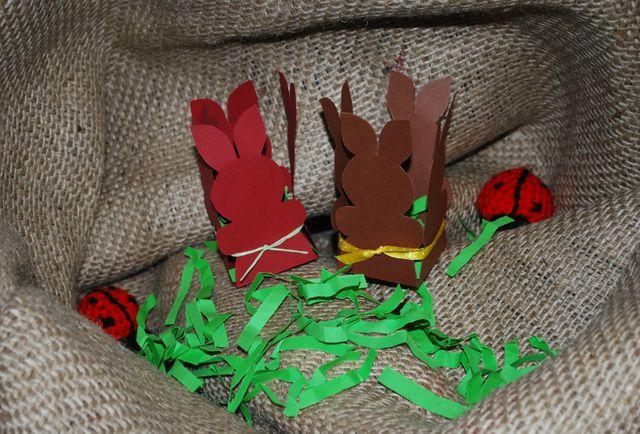 Die kleinen Osterhasennester eignen sich gut für kleine Geschenke oder als Tischdekoration.