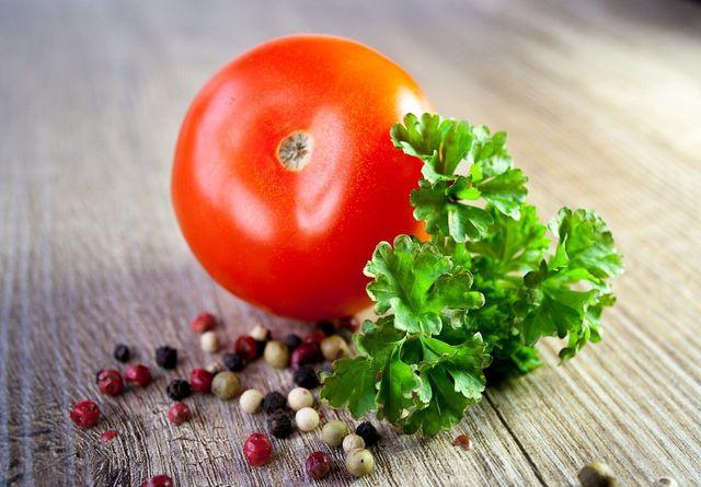 Frische Kräuter und Pfeffer sorgen in der Tomatensoße für zusätzliche Aromen.