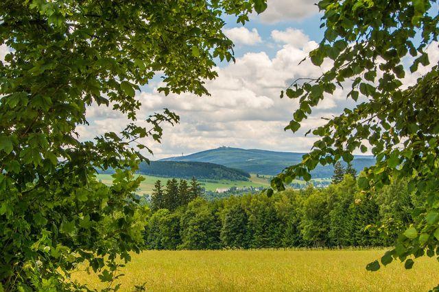 Auf dem Kammweg kommst du auch an der höchsten Erhebung des Erzgebirges vorbei.