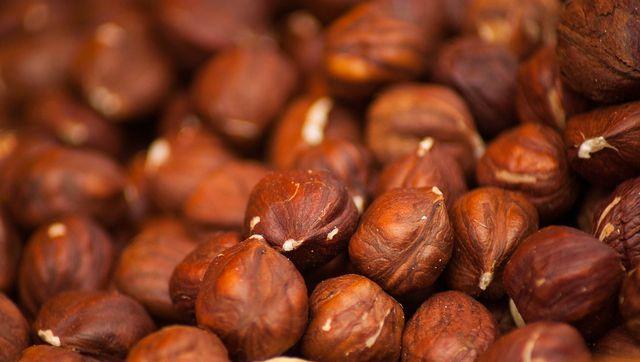 Das Wunderbrot besteht hauptsächlich aus Haferflocken, Nüssen und Saaten.
