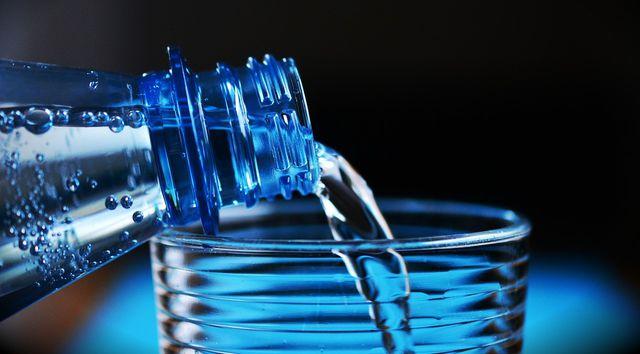 Wasser aus Plastikflaschen solltest du vermeiden.