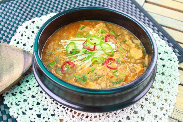 Edamame passen gut zu asiatischen Suppen.