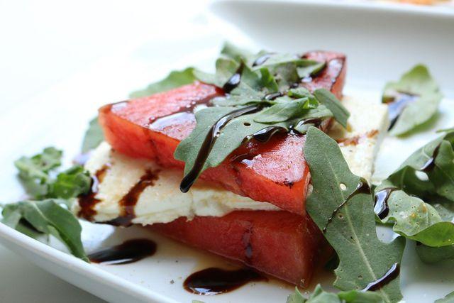 Melonensalat schmeckt als fruchtige Vorspeise im Sommer sehr erfrischend.