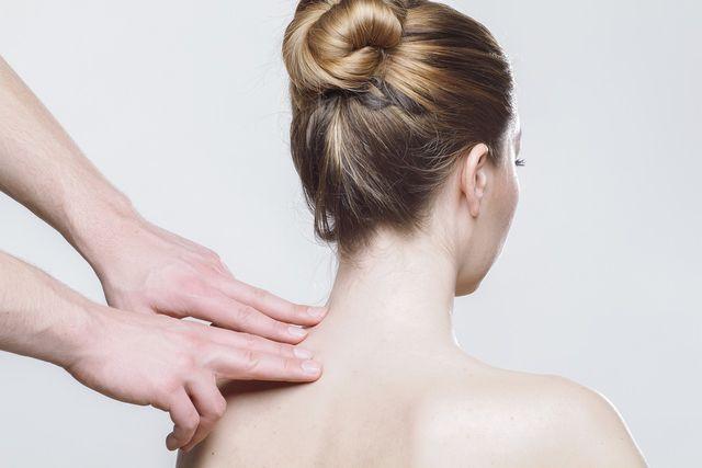 Schröpfen kann zum Beispiel Schmerzen im Nacken- und Schulterbereich lindern.