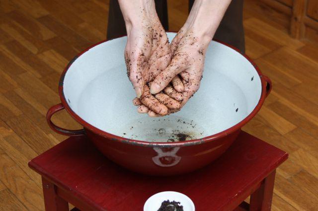 Hände waschen mit selbst gemachter Handwaschpaste.