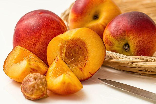 Mit eingemachten Pfirsichen hast du immer einen sommerlichen Genuss parat.