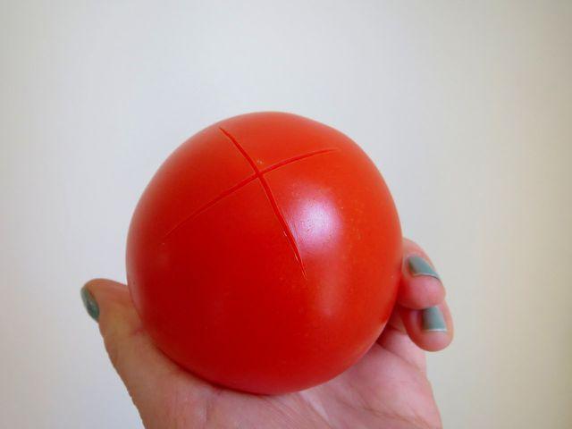 Tomate an der Unterseite kreuzweise einritzen.