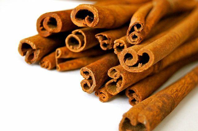 Auch Zimt zählt zu den ayurvedischen Gewürzen und verleiht herzhaften und süßen Speisen ein süßlich-scharfes Aroma.