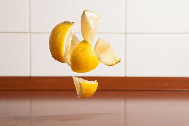 Zitronenschale hilft dir beim Saubermachen.