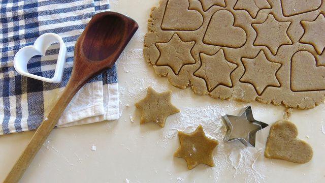 Tauche die Ausstecher für die selbst gebackenen Plätzchen ins Mehl vor dem Ausstechen.