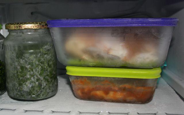 Auflaufformen mit dicht schließendem Deckel eignen sich sehr gut, um Suppe einzufrieren.