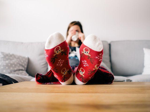 Dicke Socken und Tee helfen bei Schüttelfrost.