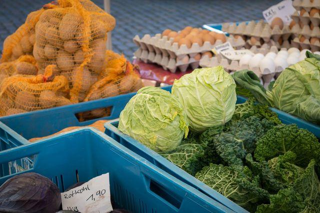 Kaufe Wirsing am besten immer pflückfrisch vom Markt, damit er nach dem Einfrieren immer noch gut schmeckt.