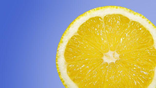 Zitronensäure löst Fett- und Waschmittelrückstände.
