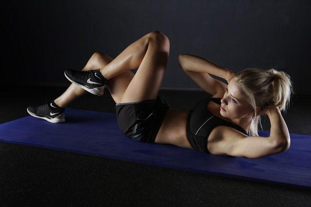 Sit ups, Planks & Co. kannst du auch zu Hause ausführen und so deine Bauchmuskeln stärken.