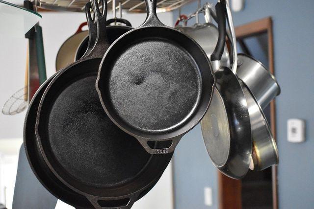 Gusseisen- und Edelstahlpfannen sind nachhaltige Alternativen zu Teflonpfannen.