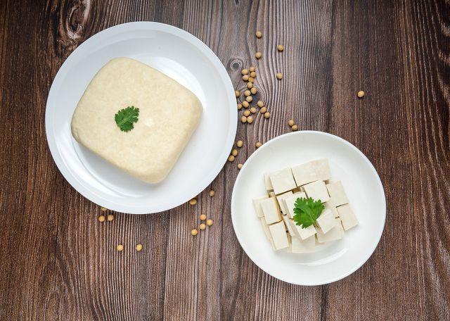 Aus Naturtofu kannst du veganes Rührei zubereiten.