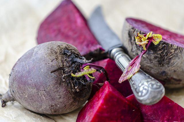 Um möglichst viele der wertvollen Inhaltsstoffe zu erhalten, solltest du die Rote Bete nur mit Schale kochen.