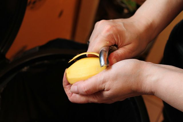 In der Kartoffelschale sitzen neben Nährstoffen auch giftige Glykoalkaloide.