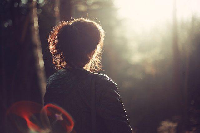 Diese Übung zielt bewusst auf die Entspannung deiner Gesichtsmuskeln ab und lässt sich gut mit einer kleinen Meditation verbinden.