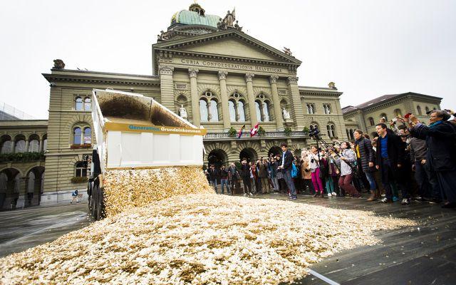 Götz Werner bedingungsloses Grundeinkommen, symbolhafte Ausschüttung von Geld/Grundeinkommen in der Schweiz