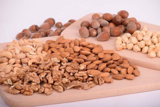 Nüsse sind gesund, da sie wichtige Nährstoffe enthalten.